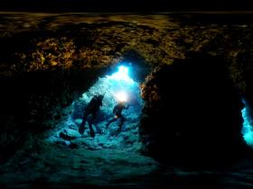 VR视频中的海底洞穴